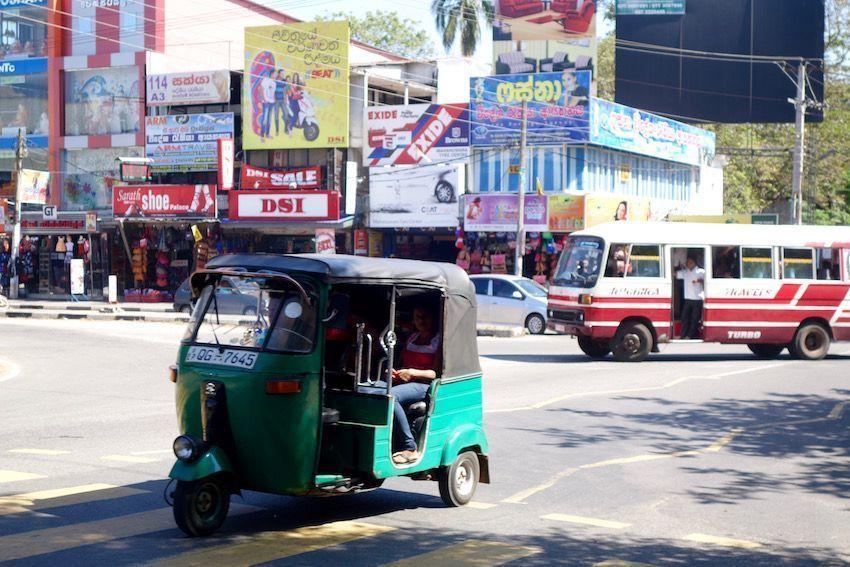 Tuk Tuk en el centro de Anuradhapura - Sri Lanka