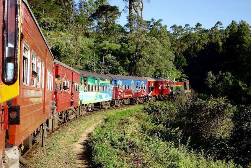 Tren en las tierras altas de Sri Lanka