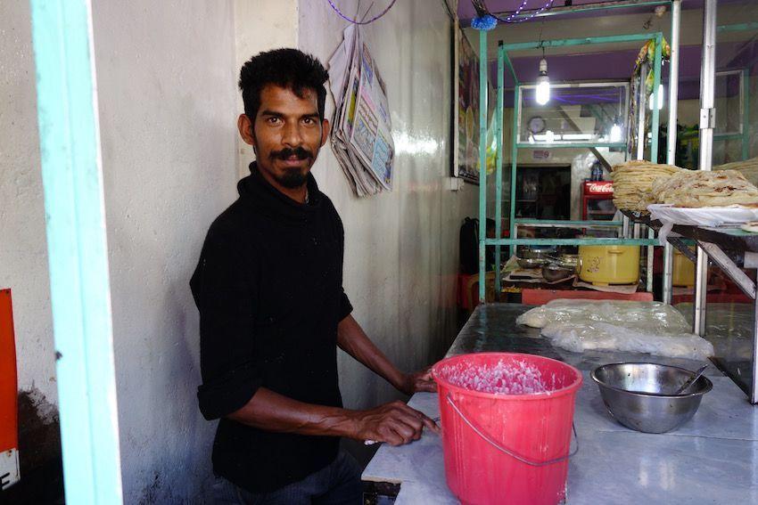 Preparando el pan del día   - Sri Lanka