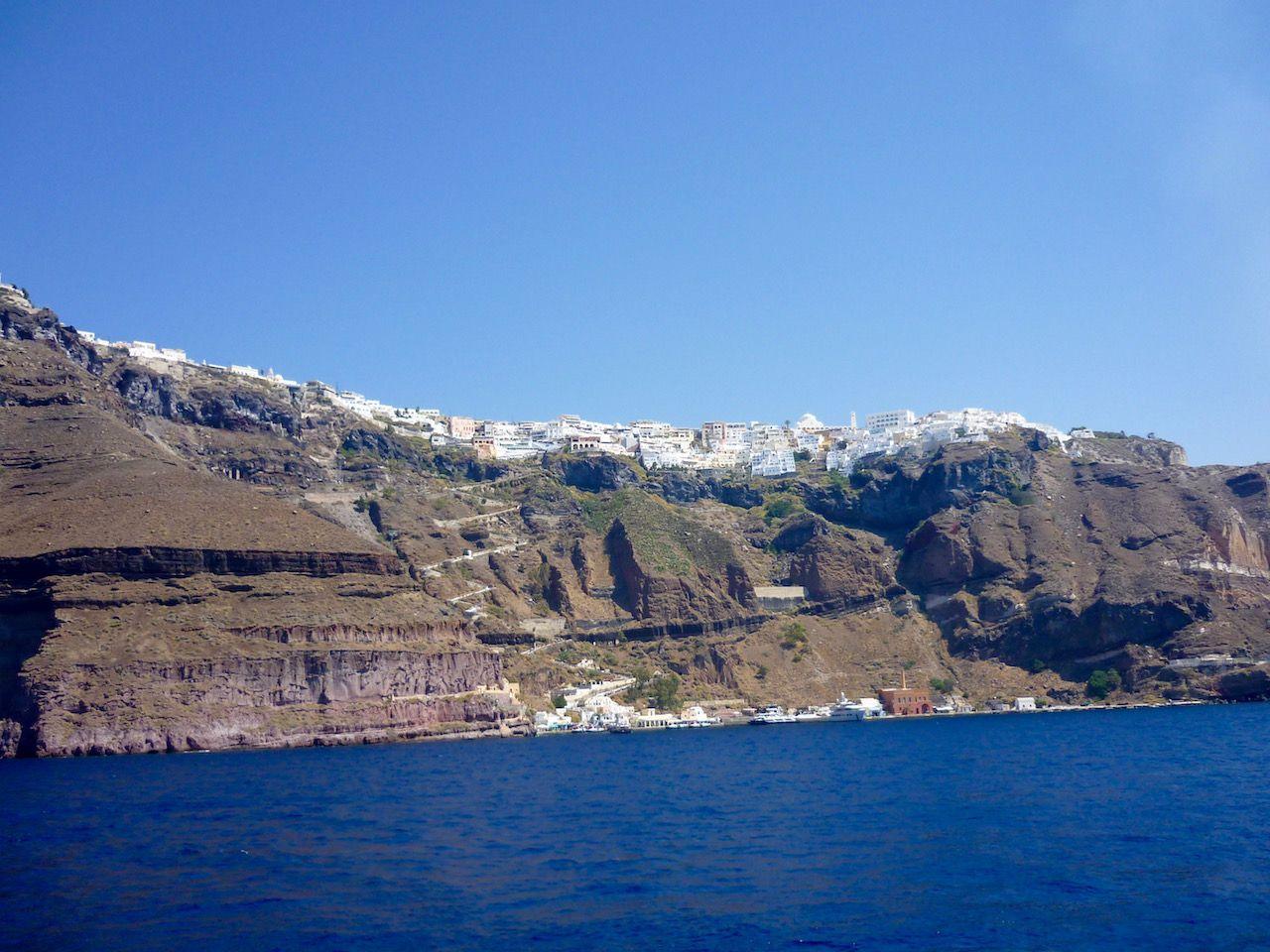 Llegada en barco a Santorini