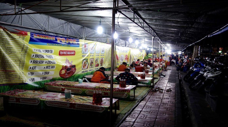 """""""Chiringuitos"""" en calle Malioboro (Yoyakarta) donde servían principalmente carne de ave al curry (piezas enteras)"""