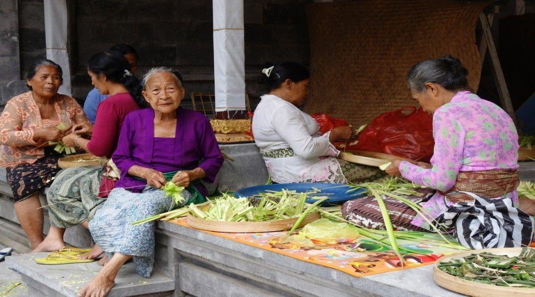 Mujeres balinesas preparando las ofrendas al templo