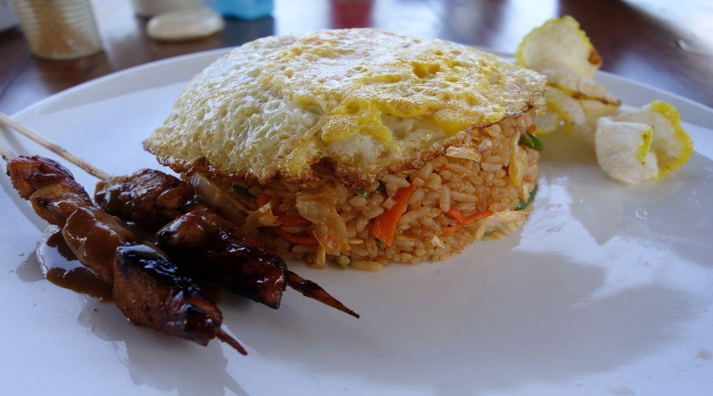 Satay: brochetas de pollo o cerdo servidas con salsa de cacahuete. Aquí están servidas como un complemento del Nasi Goreng, pero las encontraréis por todas partes, incluso en puestos callejeros. No es fácil encontrarlas de calidad.