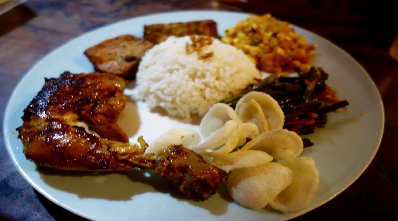 Pollo asado con especias y acompañamientos varios