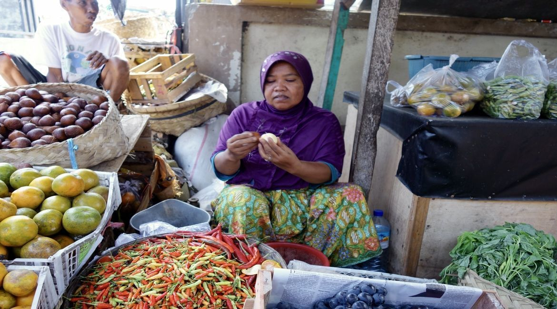 El Salak es la fruta de cáscara marrón que la señora está pelando