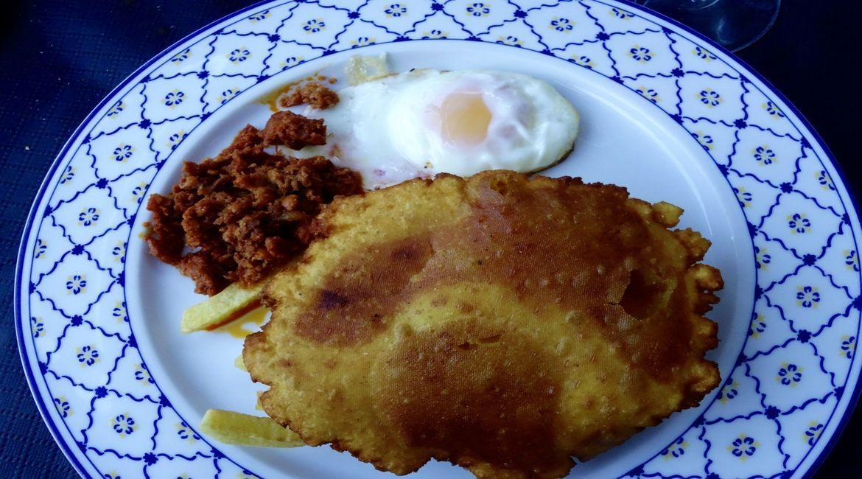 Torto de maiz típico asturiano con chichas y huevo frito. Ligerito!