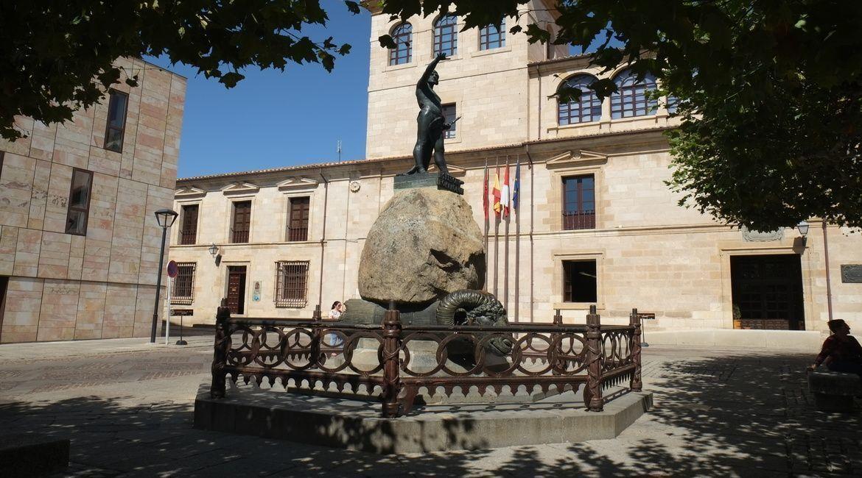 Plaza y escultura de Viriato