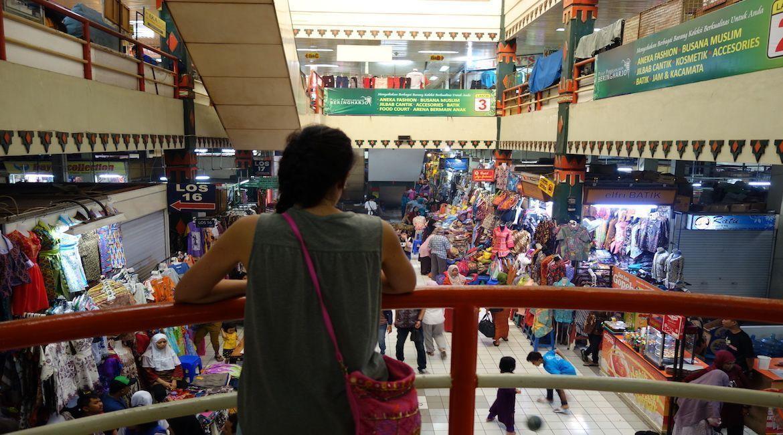 Mercado de artesanía, ropa y souvenirs en Malioboro