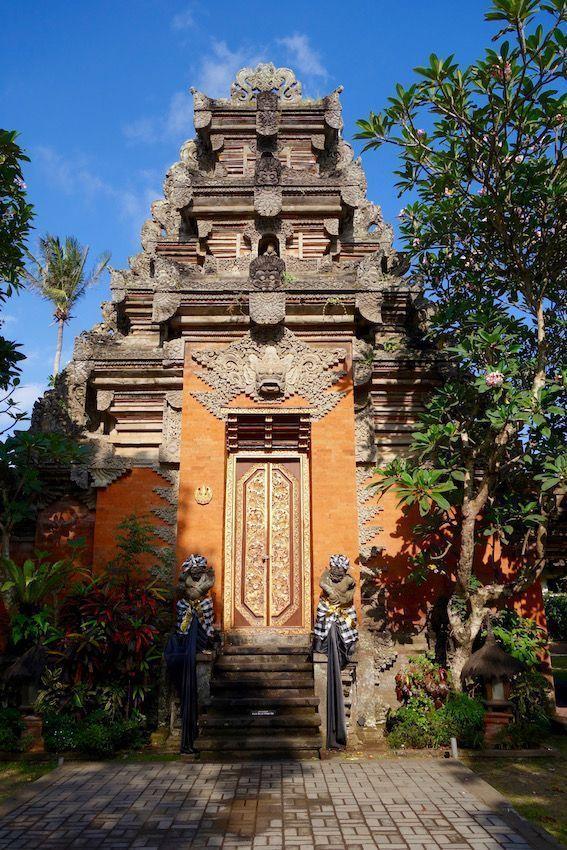 Una de las puertas del palacio