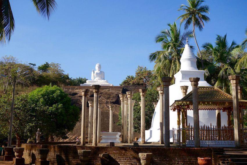 Dagoba Ambasthala y estatua de Buda