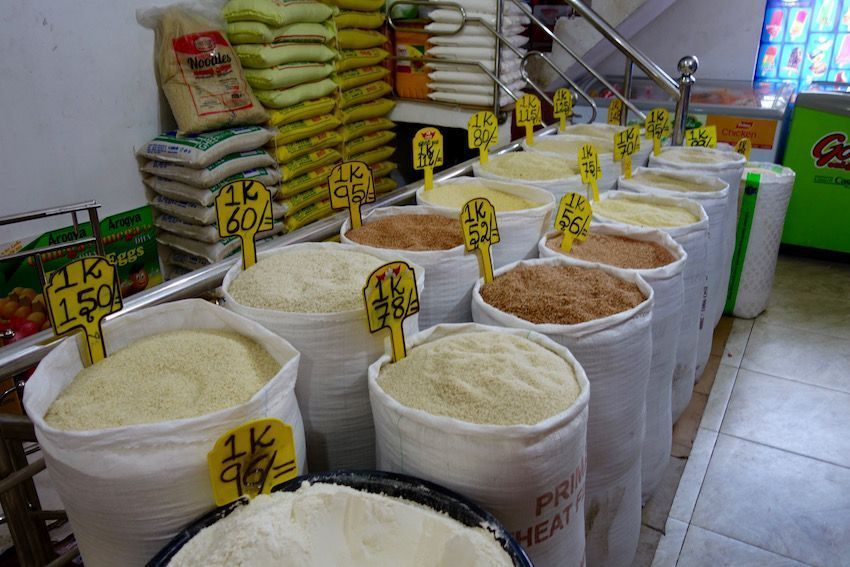Variedades de arroz en un supermercado de Sri Lanka