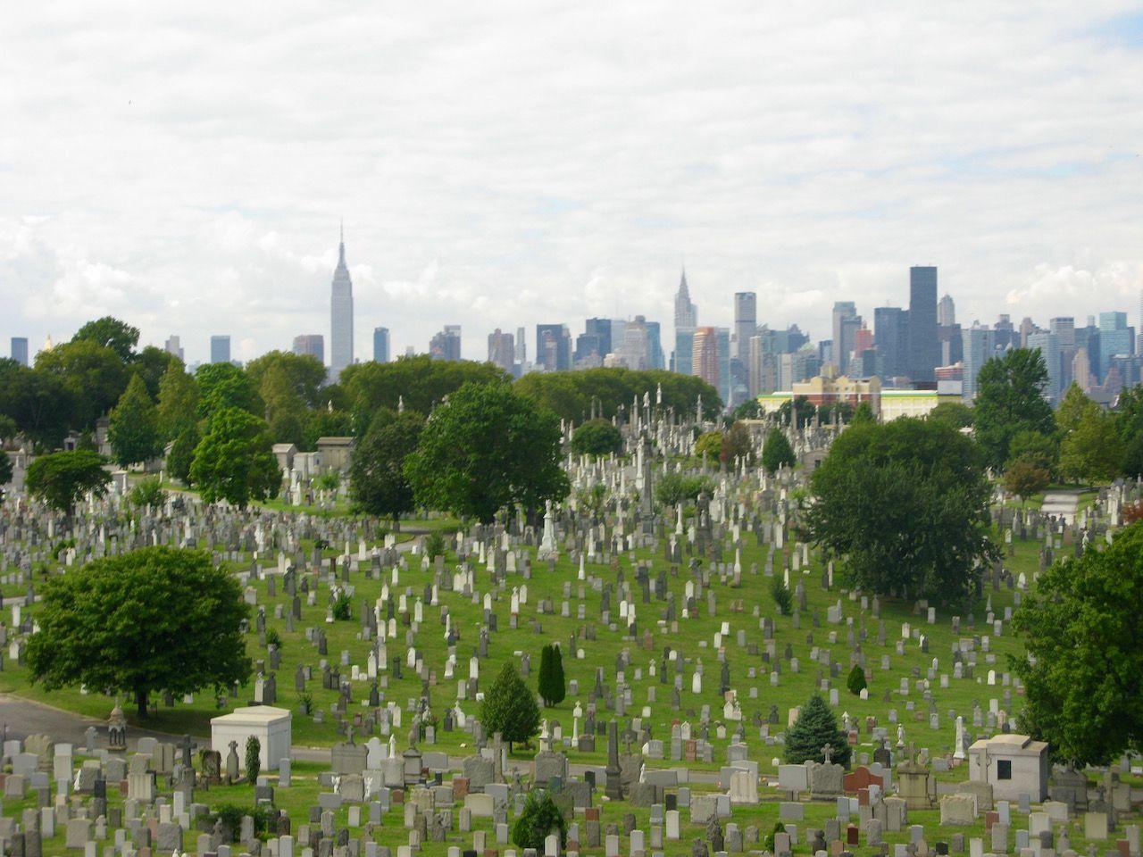 Cementerio New Calvary, en nuestra ruta hacia Brooklyn. Manhattan al fondo