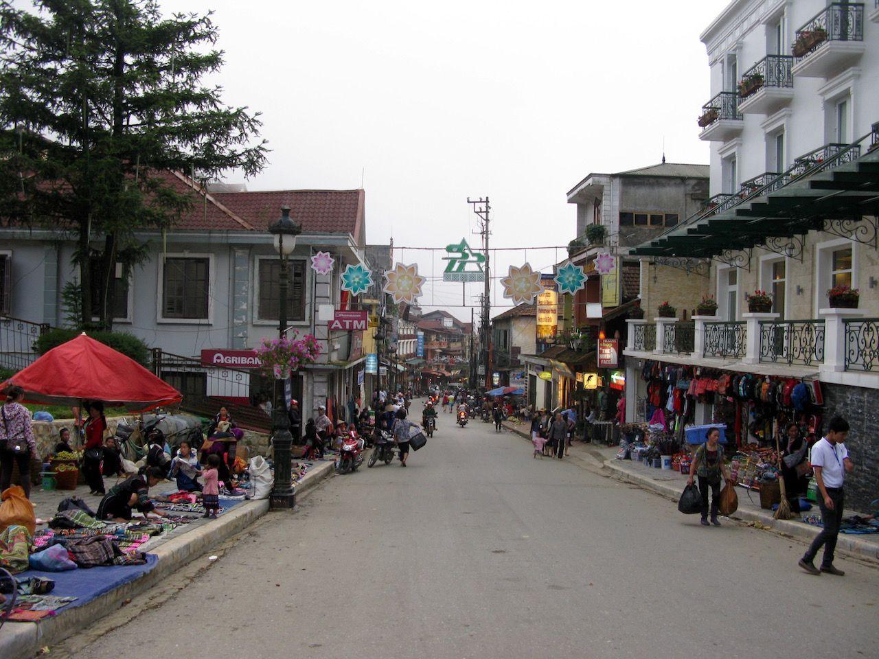 Calle de tiendas en Sapa