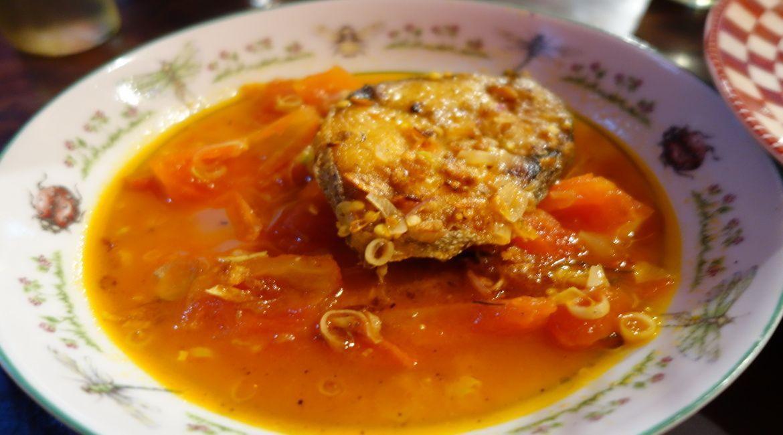 Guiso de pescado con tomate y otras verduras y especies